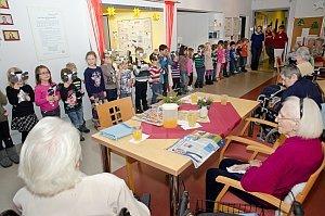 Kindergarten feiert Weihnachten im Pflegeheim Neufeld, 19.12.2014