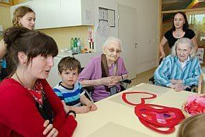 Pflegeheim besucht Neufelder Kinderkrippe, 10.05.2013