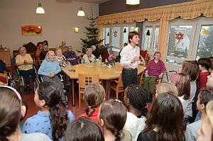 Volksschule feiert Weihnachten im Pflegeheim Neufeld, 17.12.2013