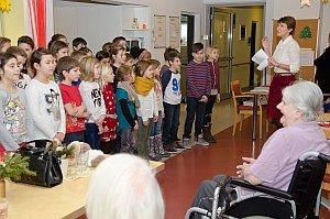 Volksschule feiert Weihnachten im Pflegeheim Neufeld, 23.12.2014