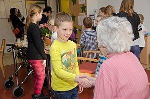 Volksschule feiert Weihnachten im Pflegeheim Neufeld, 22.12.2015