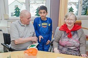 Volksschule feiert Weihnachten im Pflegeheim Neufeld, 22.12.2016